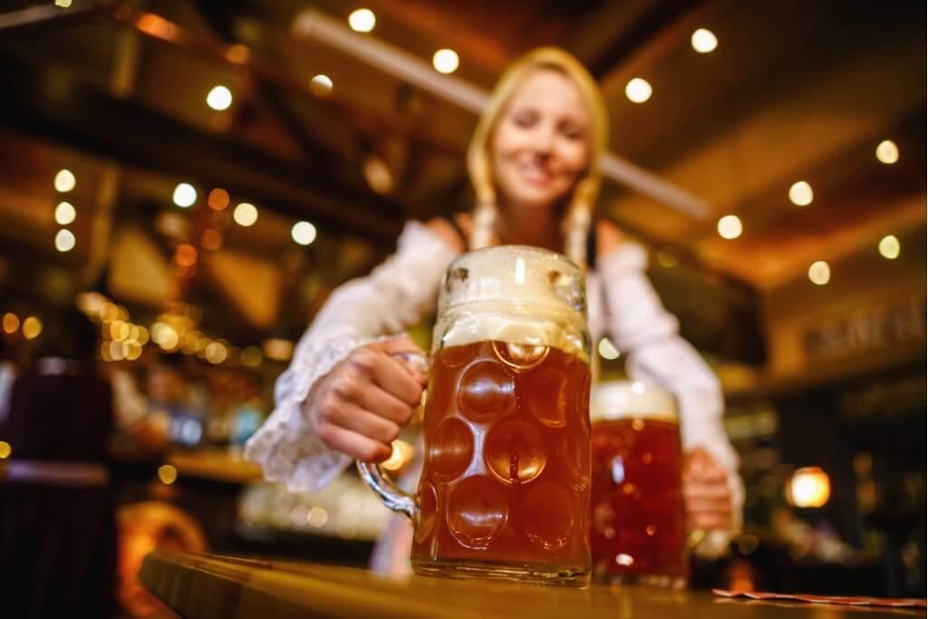 Viajar en Octubre, Chica sujetando dos cervezas