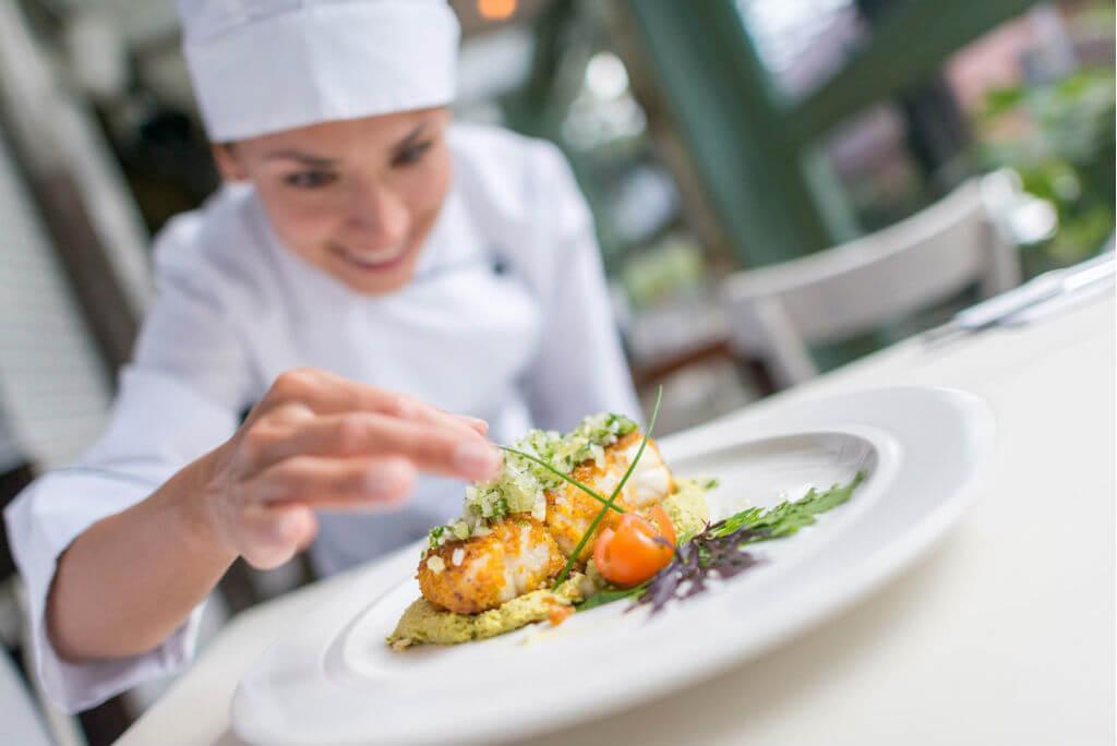 viaje a París, Cocinera decorando plato gourmet