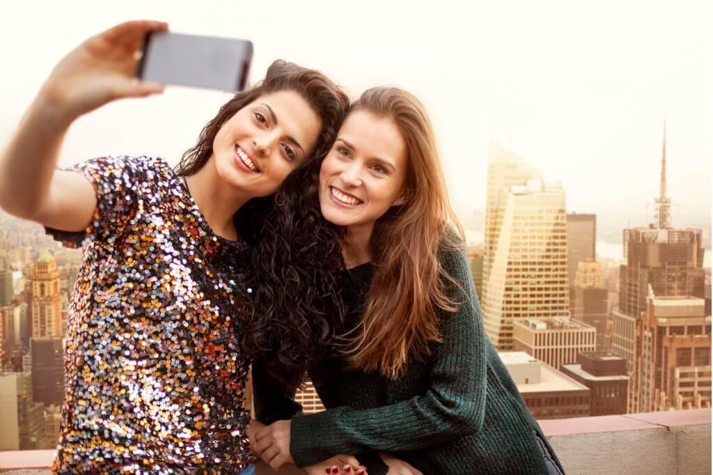 Viaje a Nueva York, Amigas haciéndose una foto