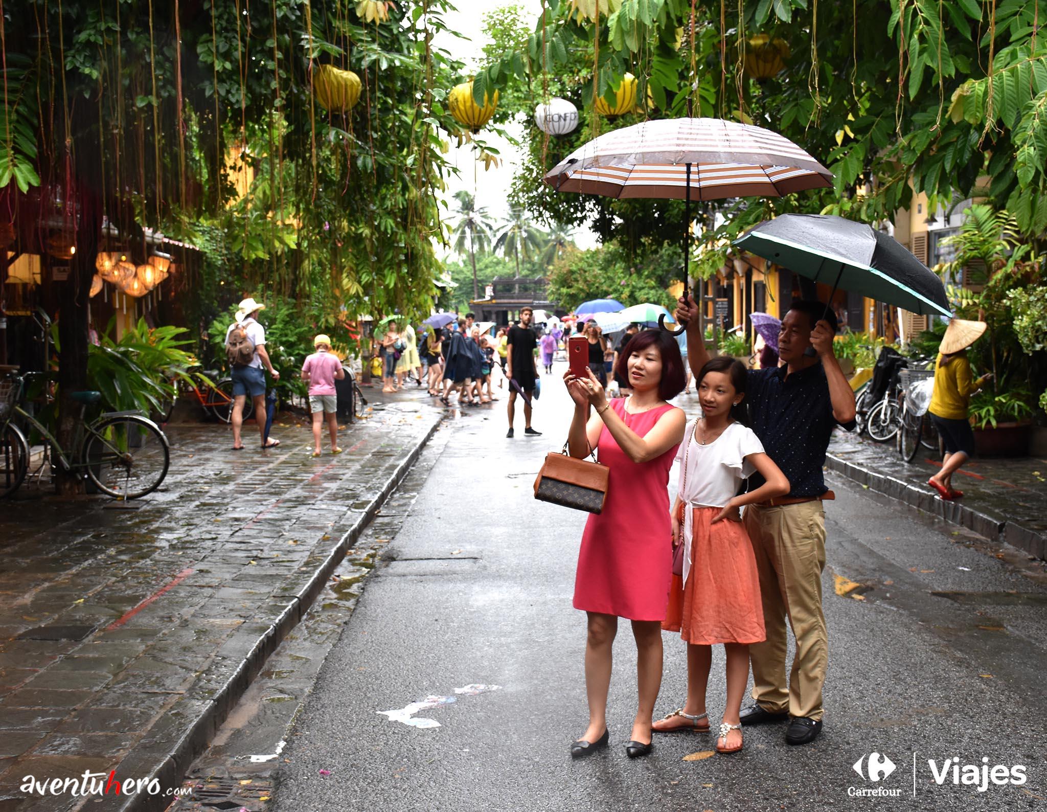 Turistas vietnamitas en Hoi An