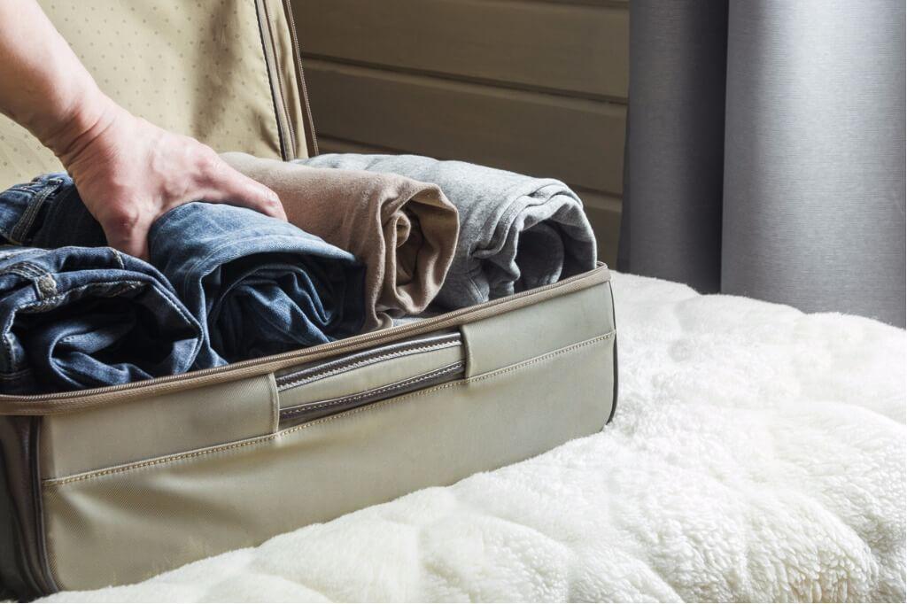 cómo hacer maletas, Guardando ropa en maleta en forma de tubo