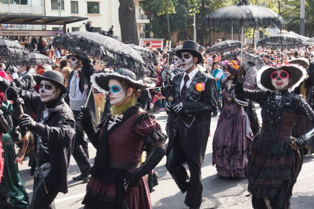 Día de los Muertos, Desfilando Catrinas en el Día de los Muertos