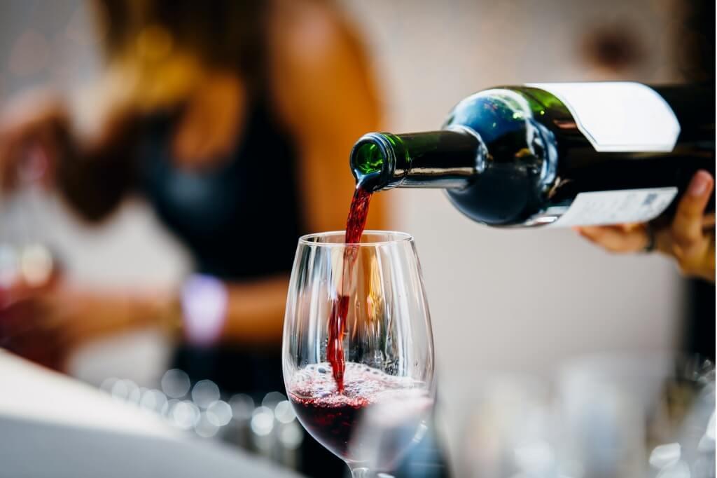 Sirviendo una copa de vino