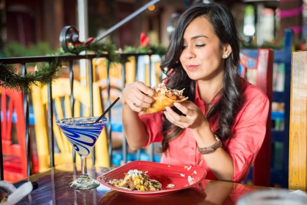 Restaurantes en Mexico, Chica comiendo tacos