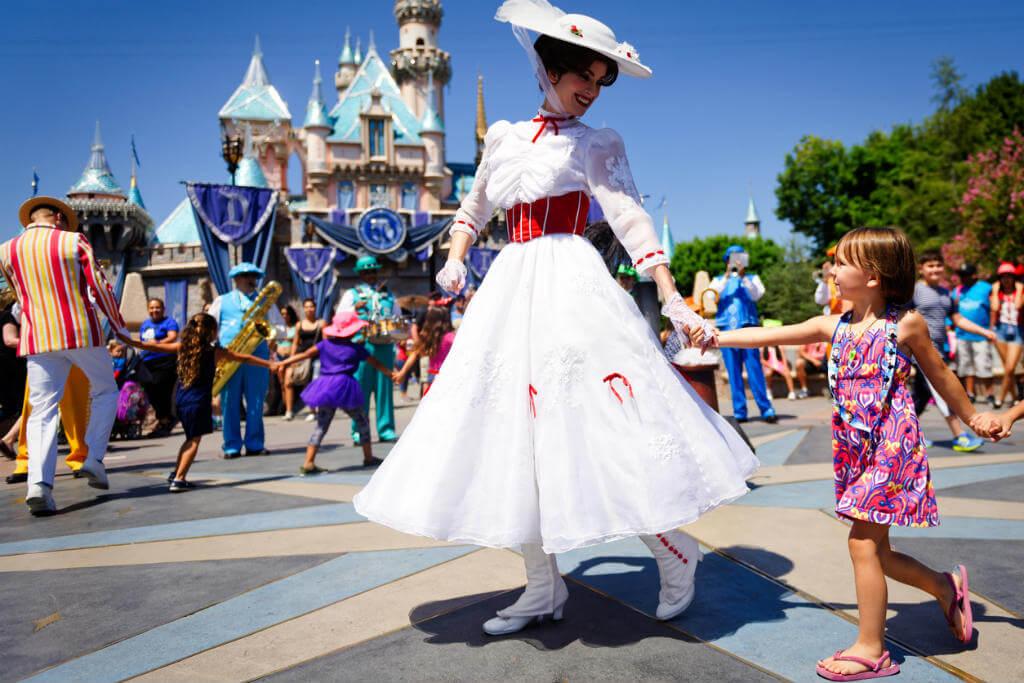 Niña junto a Mary Poppins