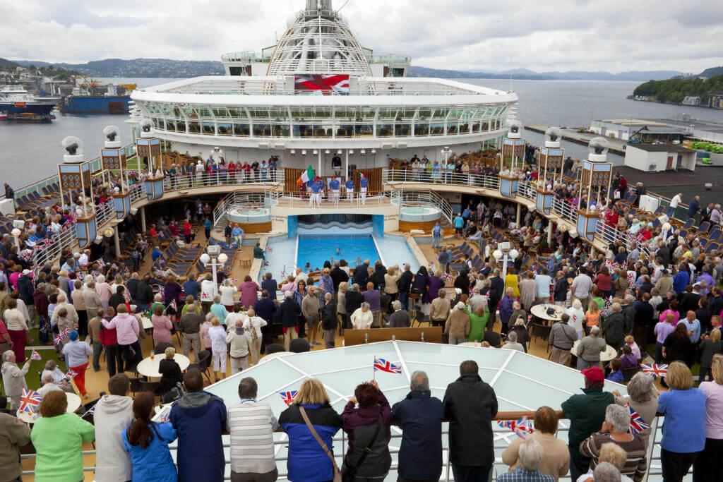 Nochevieja en un crucero, Fiesta en barco