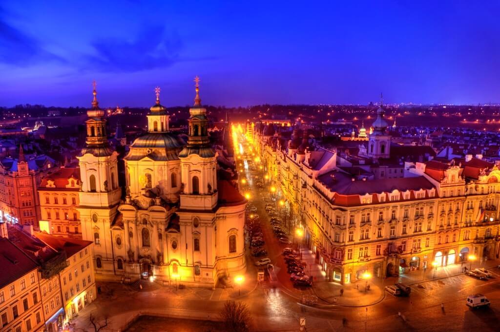 Calles de Praga iluminadas