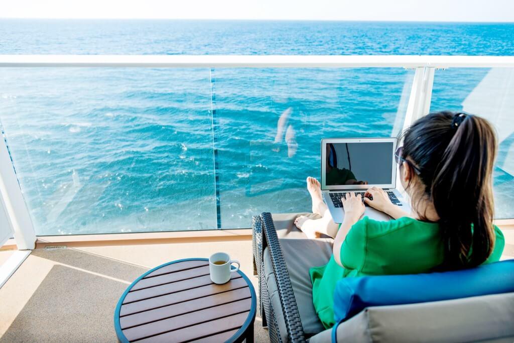 Crucero por el Mediterráneo, Chica usando wifi