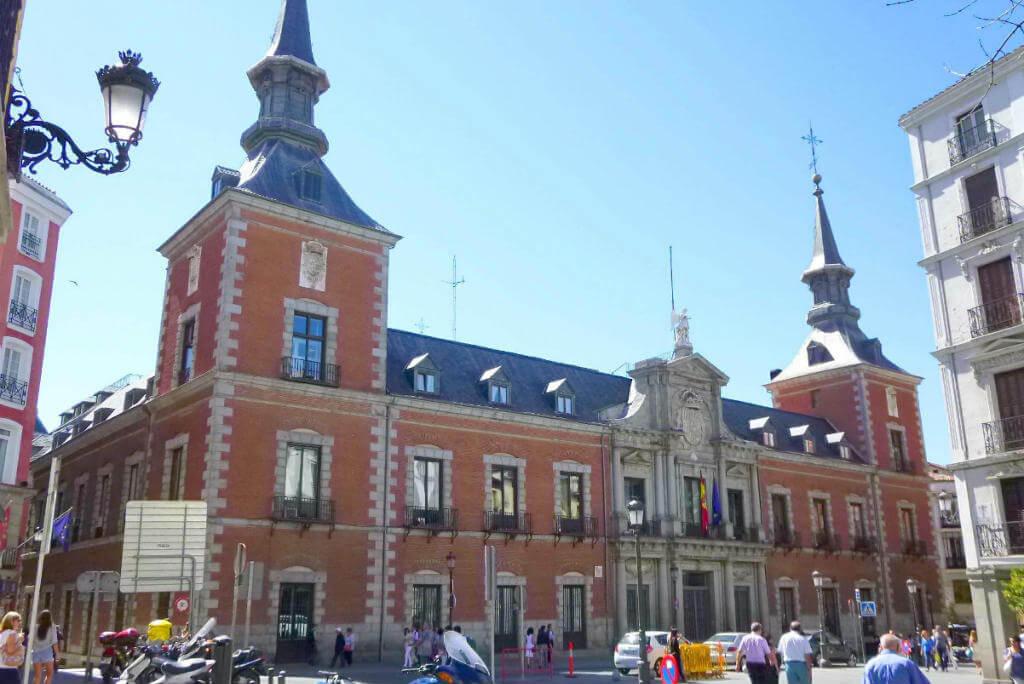 Vuelos a Madrid, Palacio de Santa Cruz