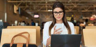 Wifi aeropuertos, Chica usando wifi en el aeropuerto