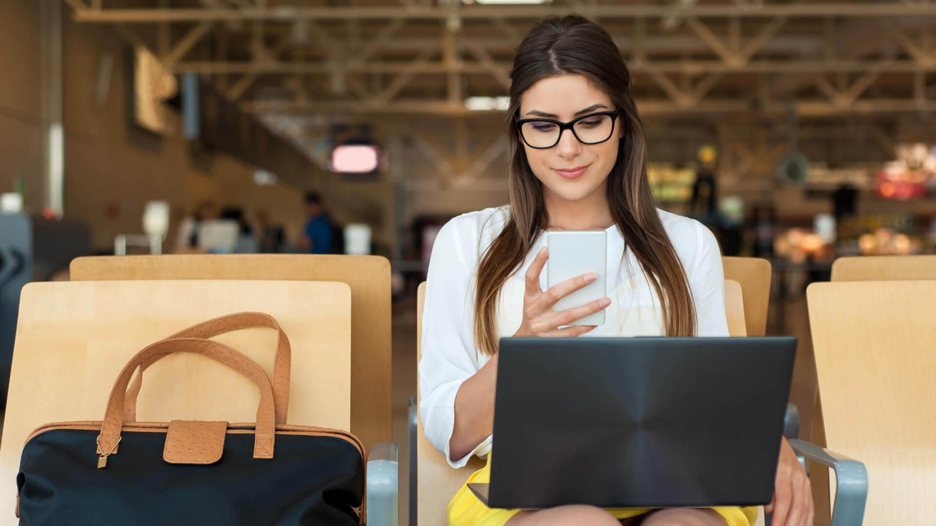 wifi aeropuertos chica usando wifi