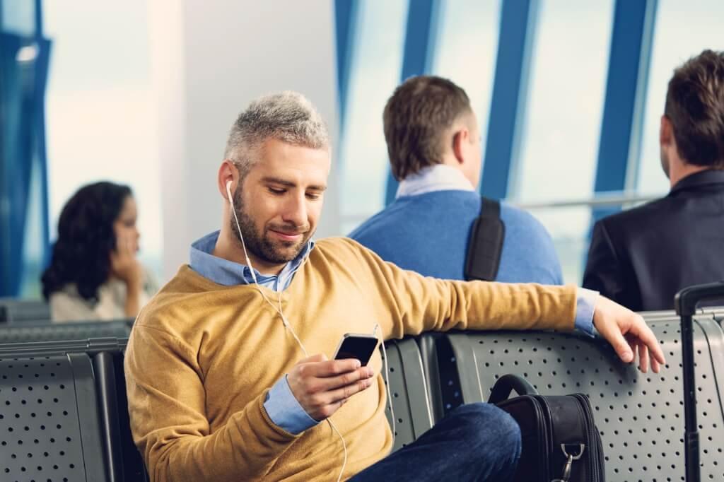 Wifi aeropuertos, Chico esperando avión