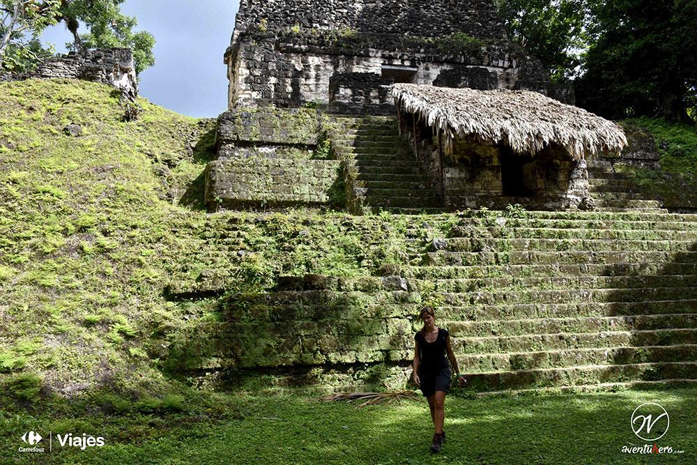 Aventuhero Guatemala Ana caminando por Tikal