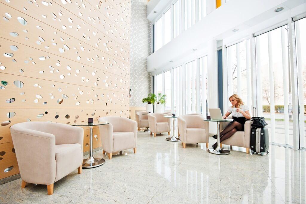 Lobby de hotel, Chica con laptop