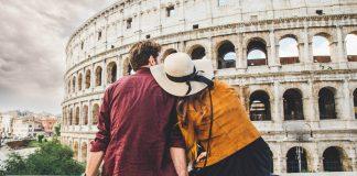 Italia en San Valentín, Pareja viendo el Coliseo Romano