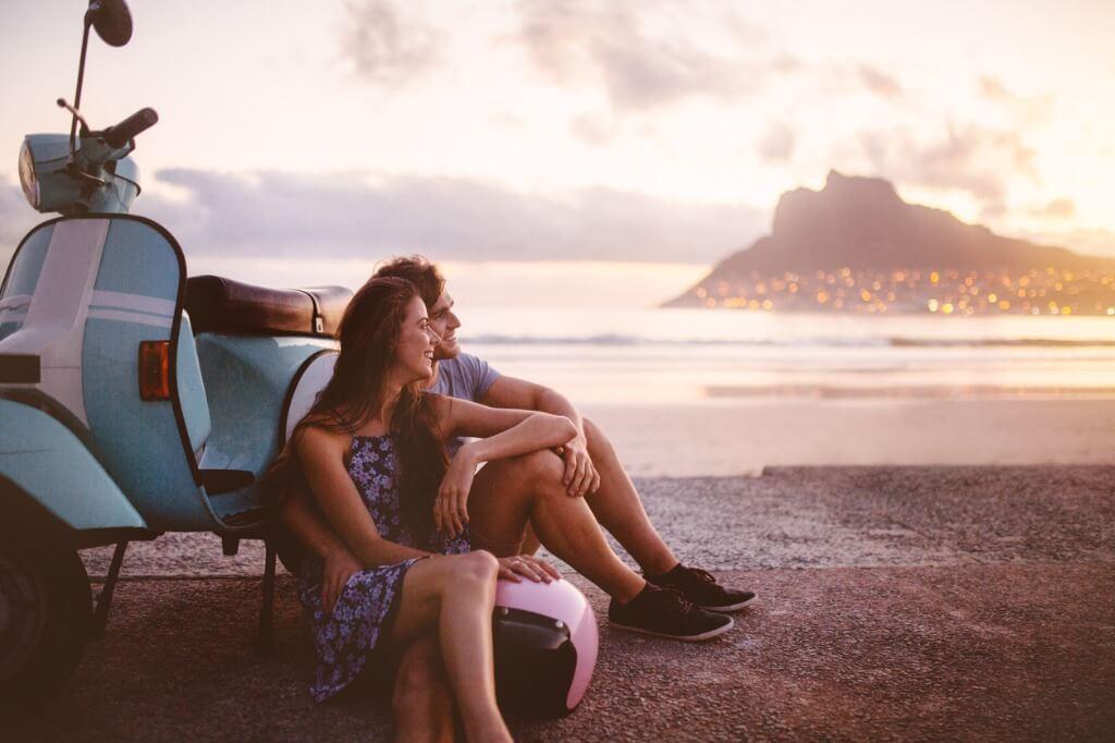 Regalar un viaje, Pareja sentada en la playa