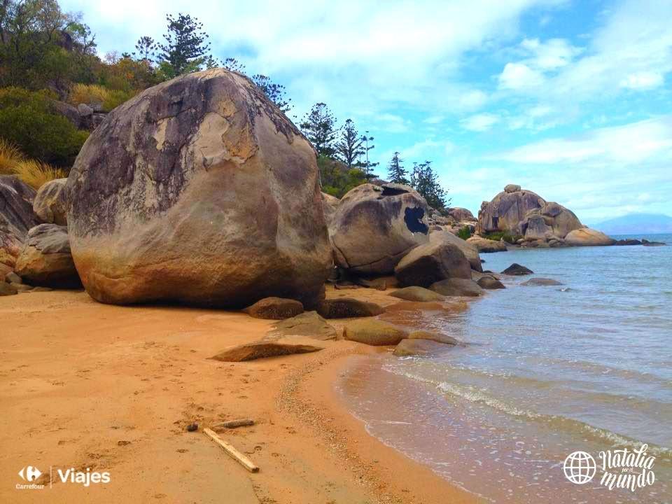 Grandes rocas en la playa