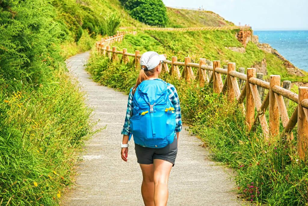 Rutas senderismo Galicia, Chica caminando