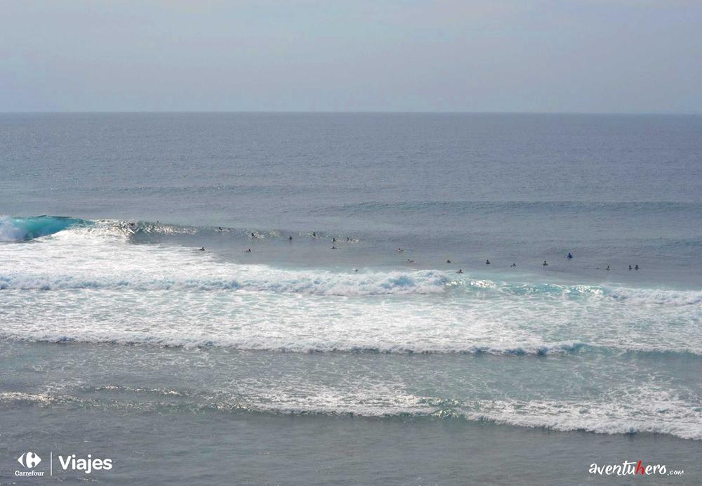 Surfistas en las olas