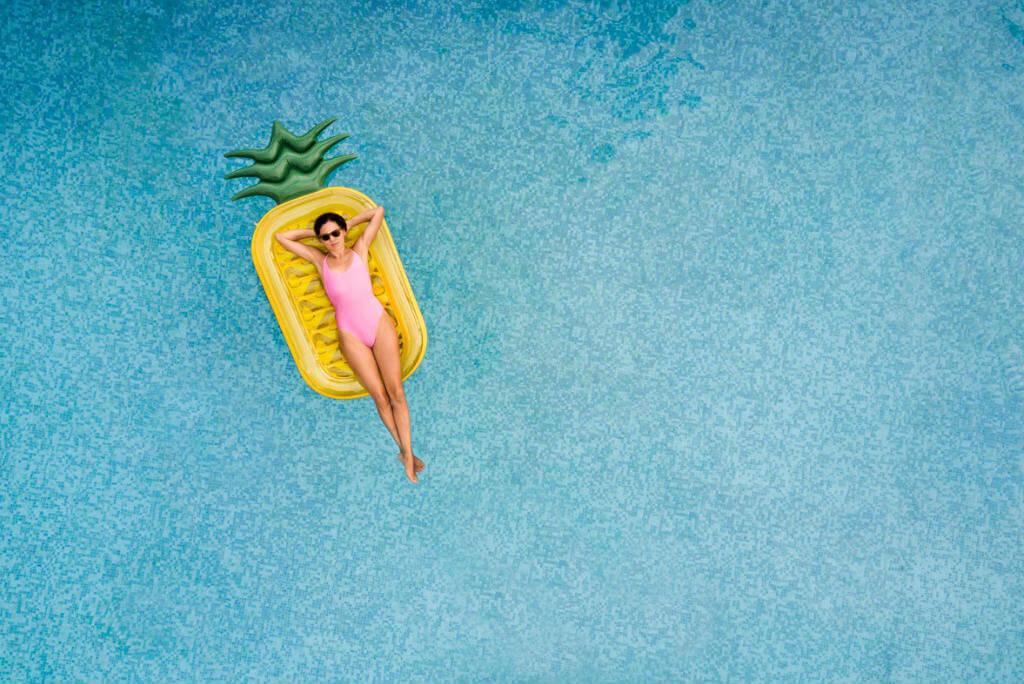 Vacaciones, Chica tumbada en la piscina