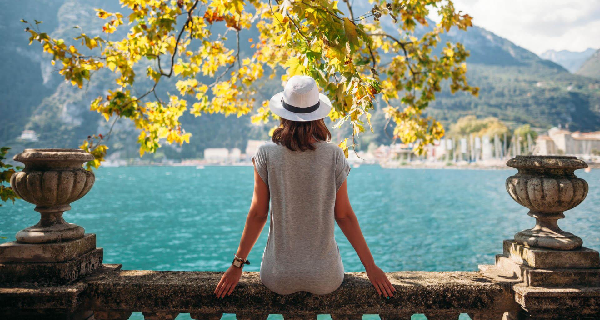 vacaciones chica relajada lago garda