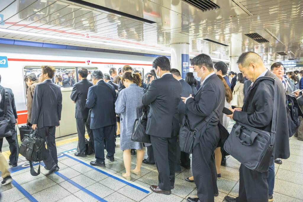 Viaje a Japón, Personas guardando cola en el Metro