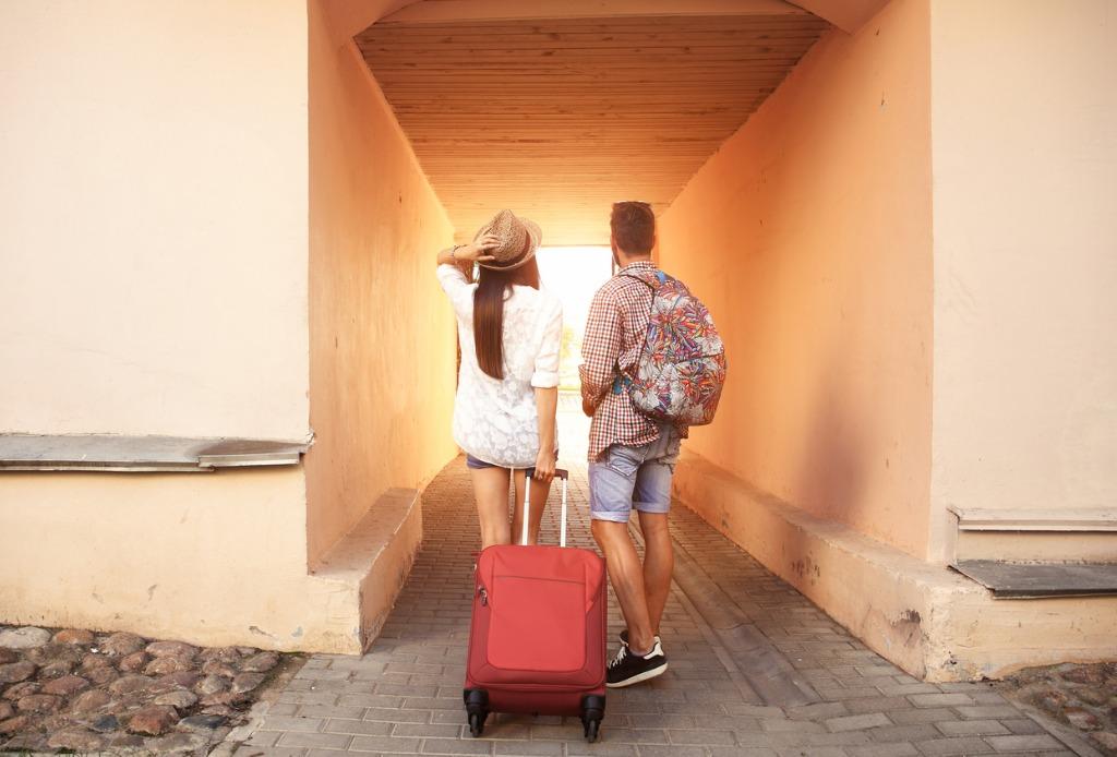 Chicos con maleta
