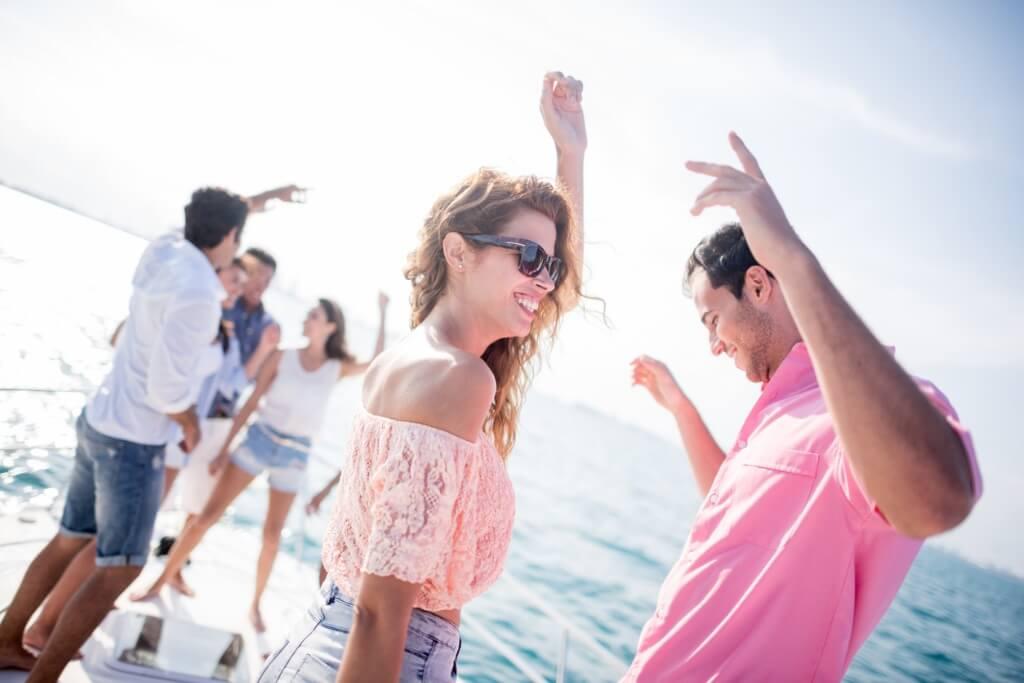 Chicos bailando en el barco