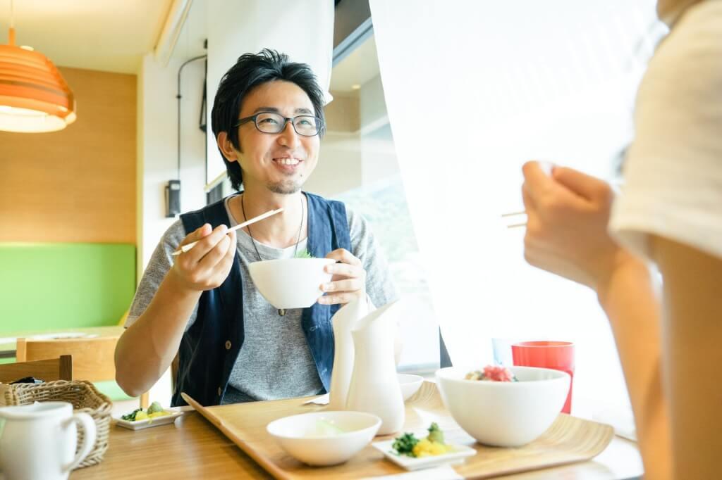 Jóvenes comiendo en Japón