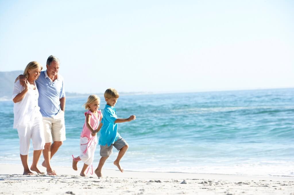 Paseo por la orilla con niños