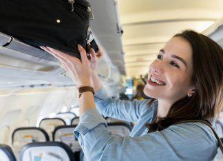 Chica colocando su equipaje de mano