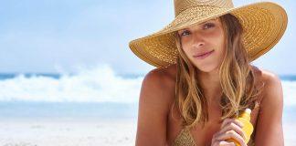 Chica tomando el sol en la playa