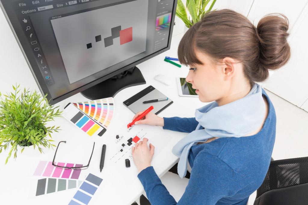 Diseñadora gráfica trabajando