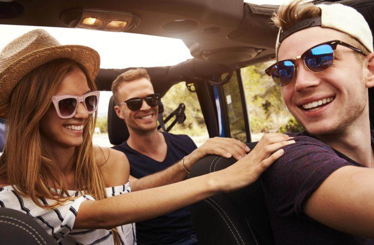 Amigos en ruta con el coche