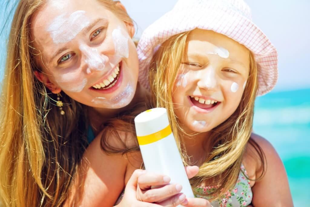Madre e hija con protección solar