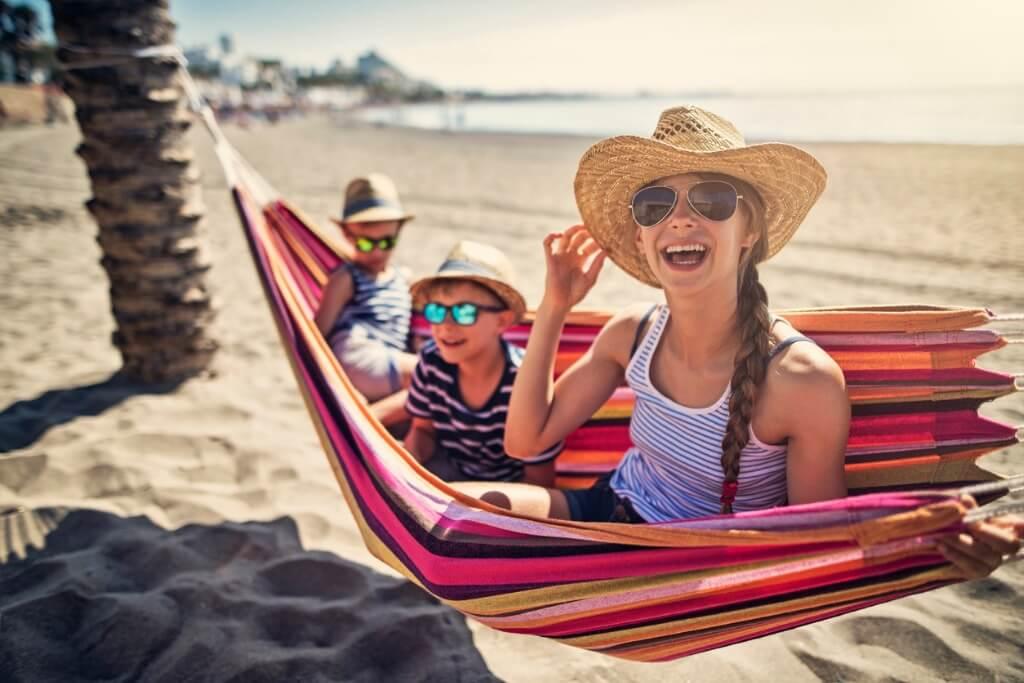 Niños contentos en la playa