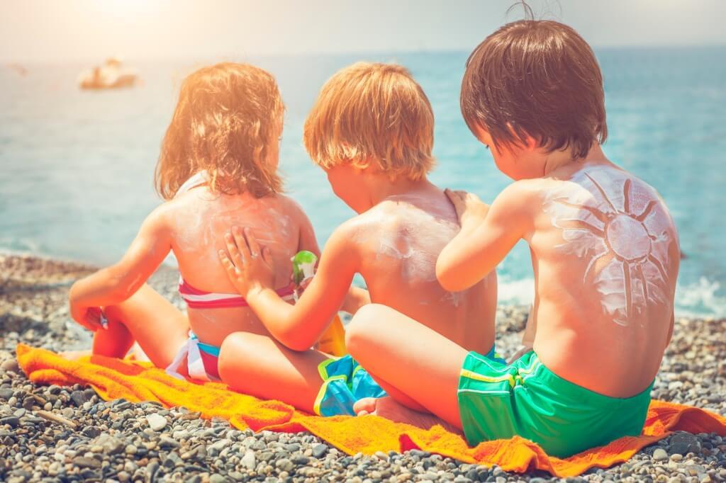 Niños dándose protección solar
