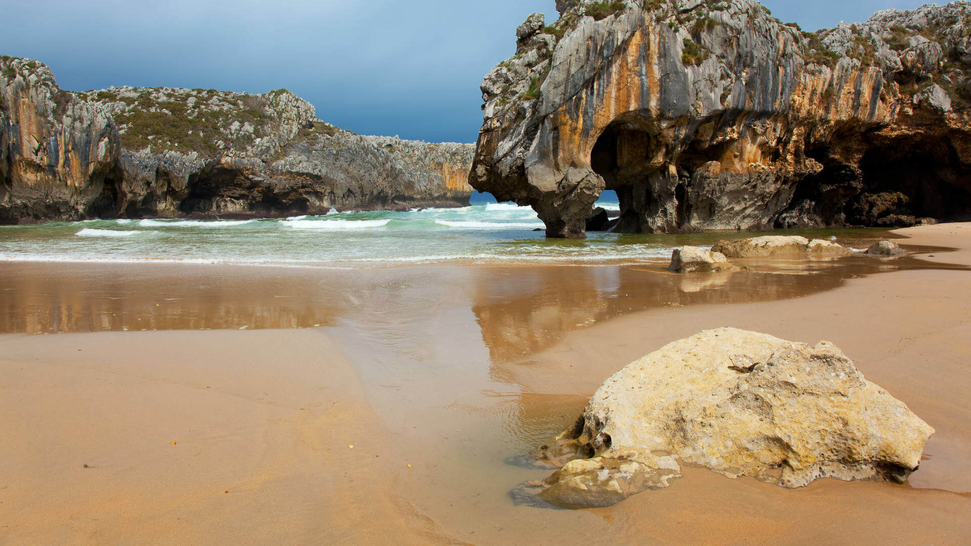 playa cuevas mar asturias