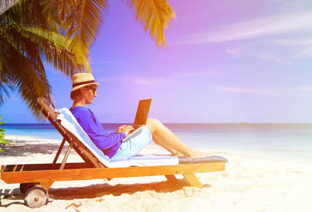 Trabajando con el ordenador desde la playa