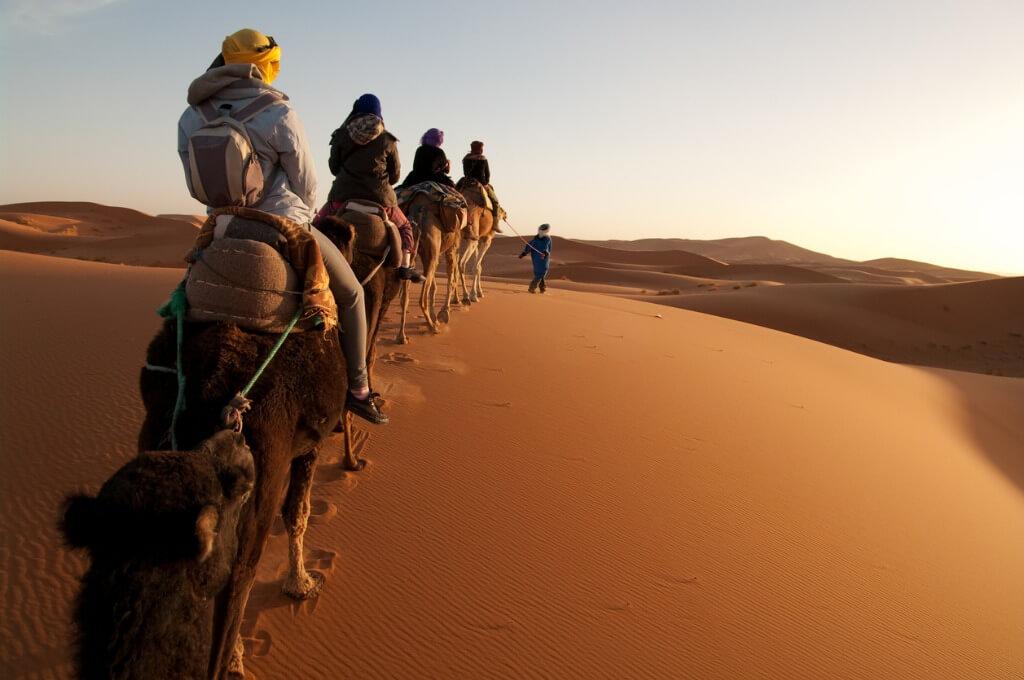 Turistas siguiendo al guía