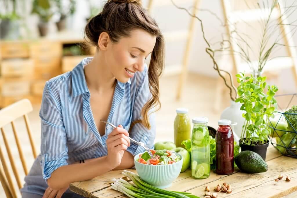 Chica comiendo ensalada saludable