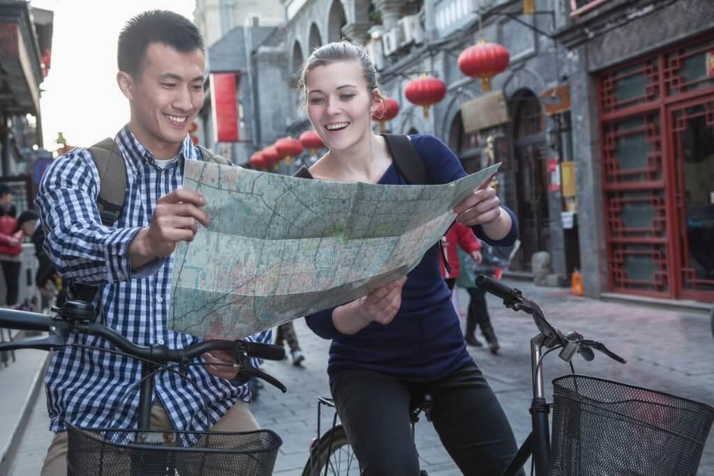 Chicos consultando mapa de la ciudad