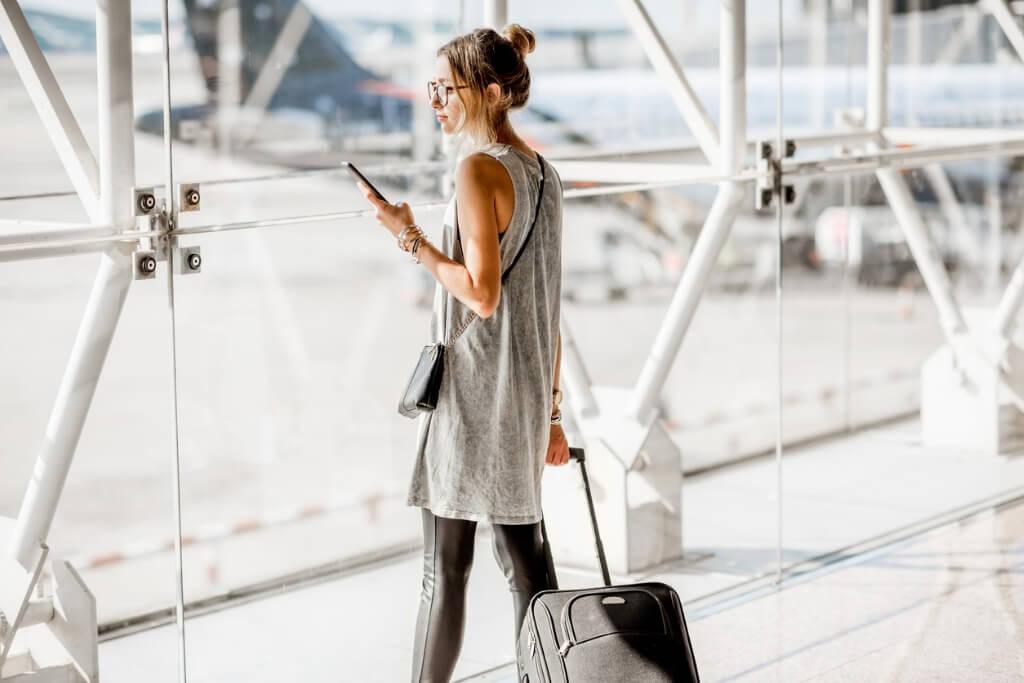 Mujer esperando en el aeropuerto