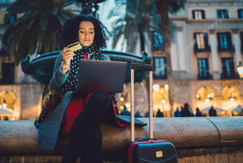 Mujer reservando hotel online