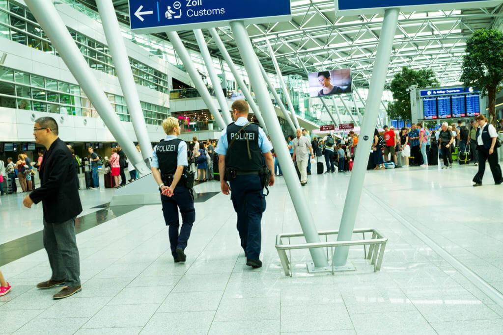 Policía en el aeropuerto