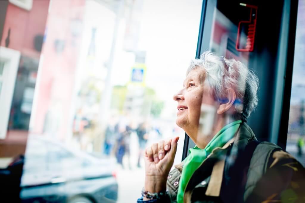 Señora en transporte público