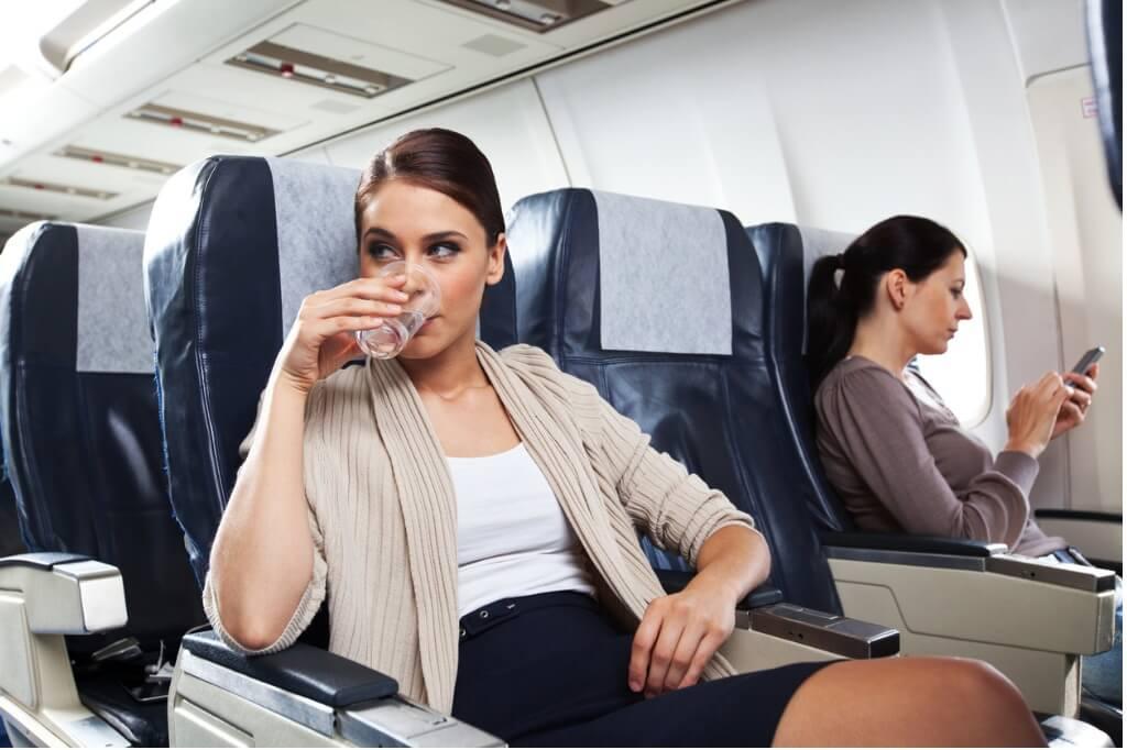 Bebiendo agua en el avión