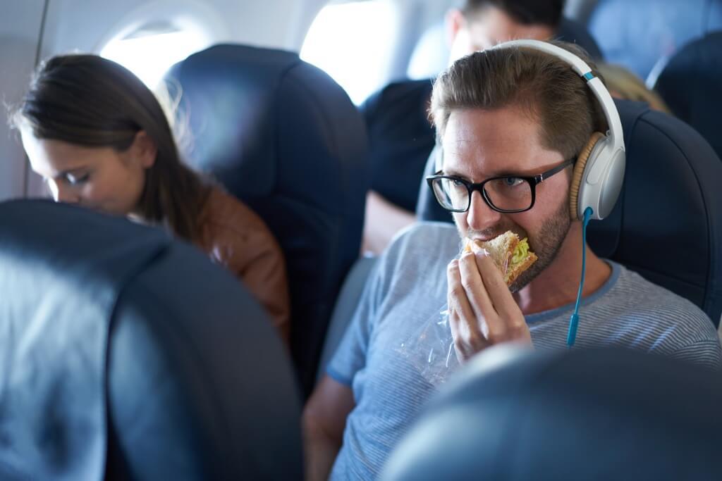 Chico tomando un sandwich