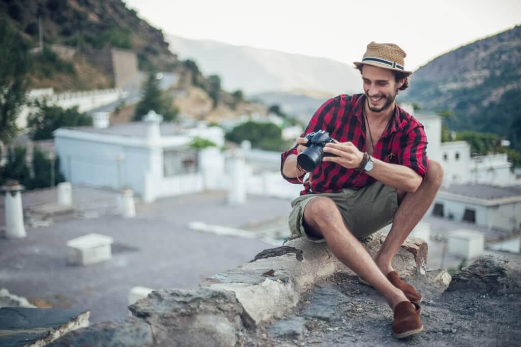 Hipster con cámara de fotos