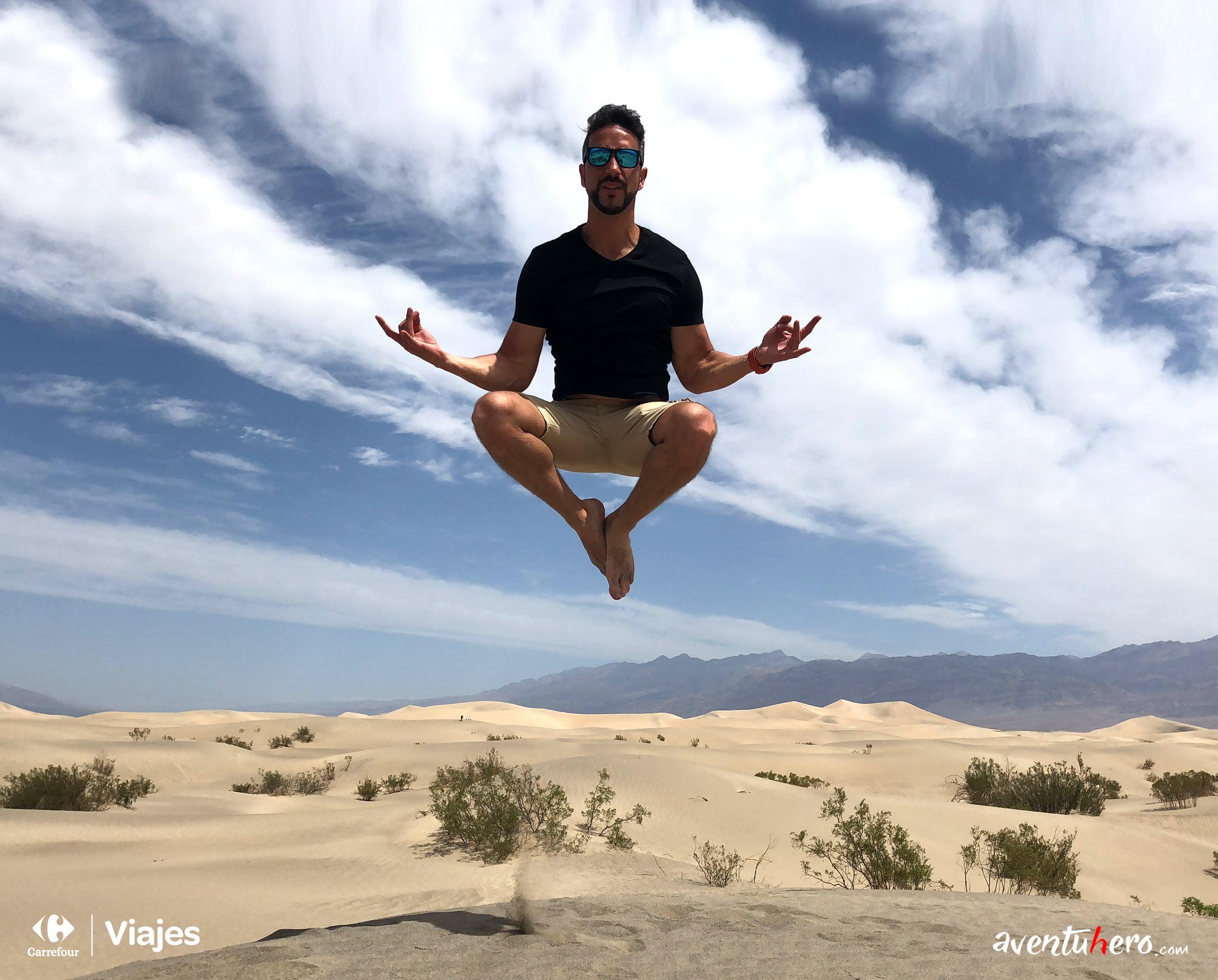 Aventuhero en la arena del Death Valley